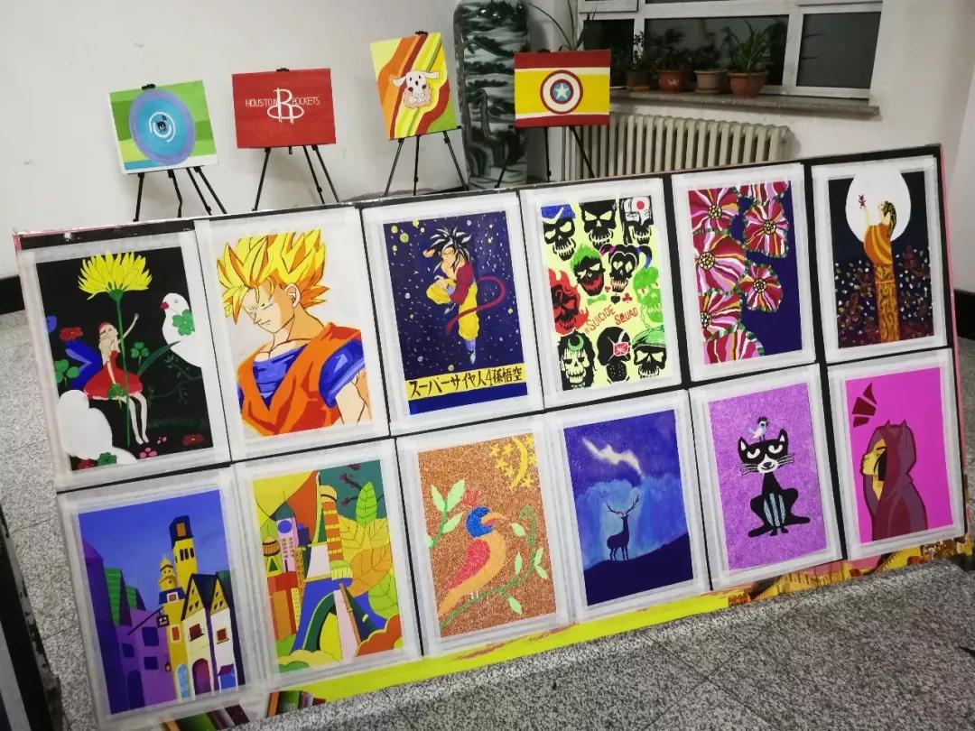 画作品展示,提高了学生运用综合材料设计能力,培养了学生设计创新能力